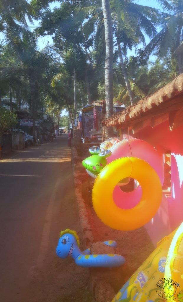 W Indiach. Ulica na Goa w Agonda Beach, deptak i atrakcje dla turystów.