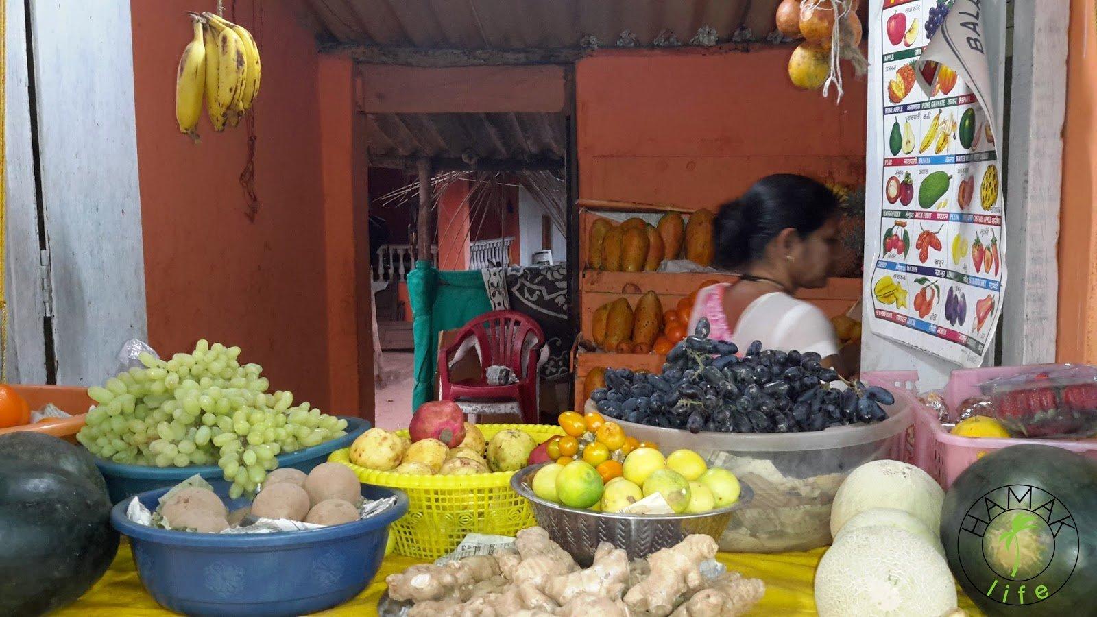 Stragan z owocami na Goa. Można tutaj kupić sok z kokosa.