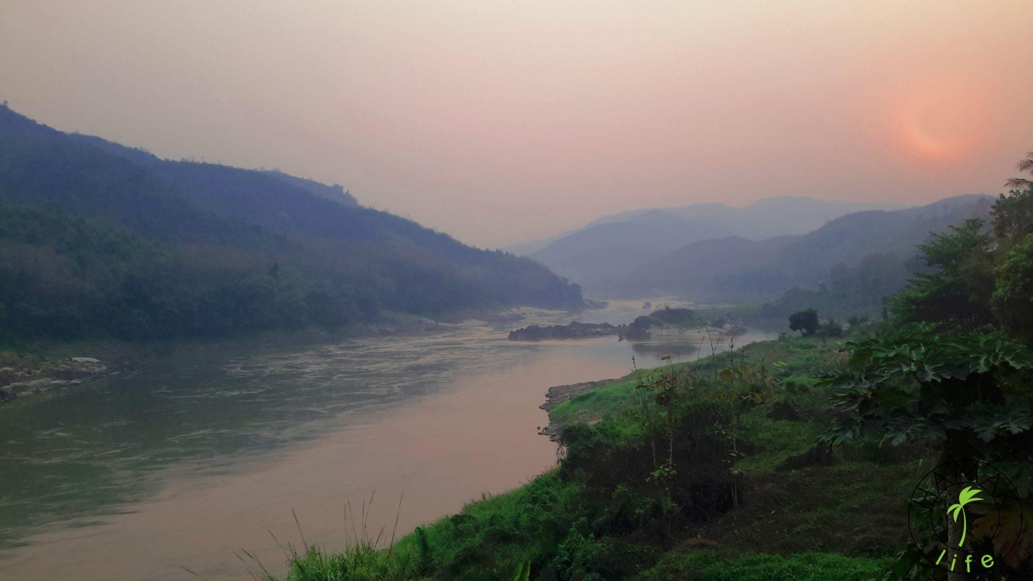 Zachód słońca nad Mekongiem w Pakbeng w Laosie.