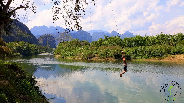 zabawy dzieci w Laosie nad rzeką w Vang Vieng .
