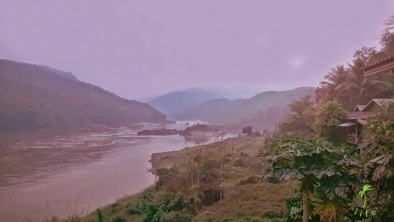 Mekong o zachodzie słońca i za mgłą.