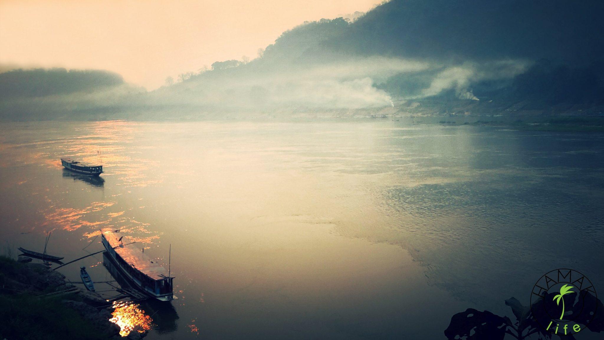 Mekong o zachodzie słońca. Łodzie zacumowane w porcie.