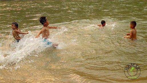 Kąpiel dzieci w Mekongu. Laos.