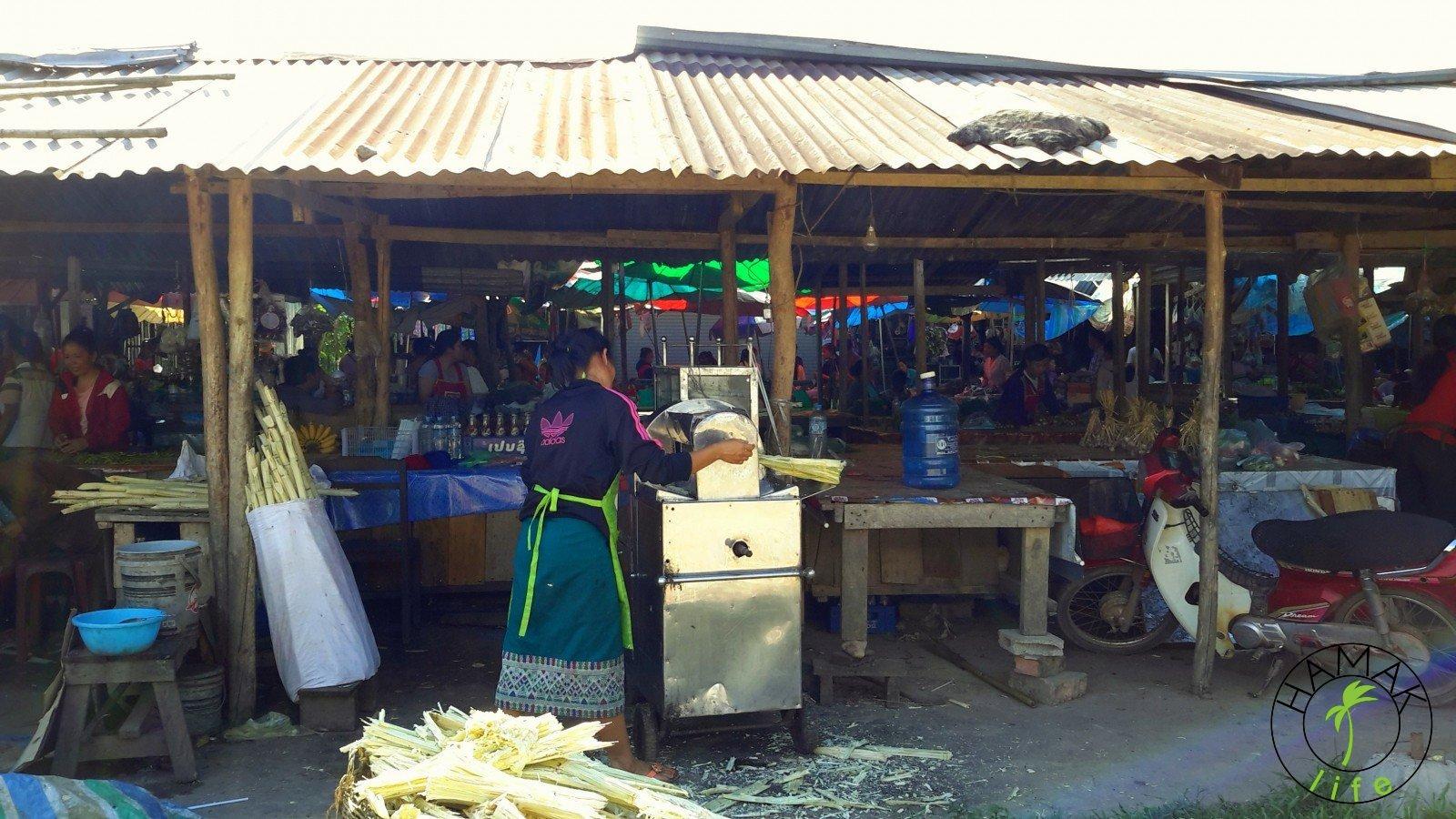 Produkcja soku z trzciny cukrowej w Laosie na targu w okolicach Vang Vieng.
