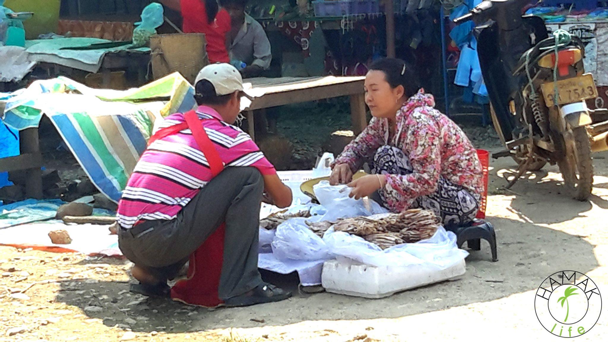 Jedzenie w Laosie. Chipsy rybne na lokalnym targu.