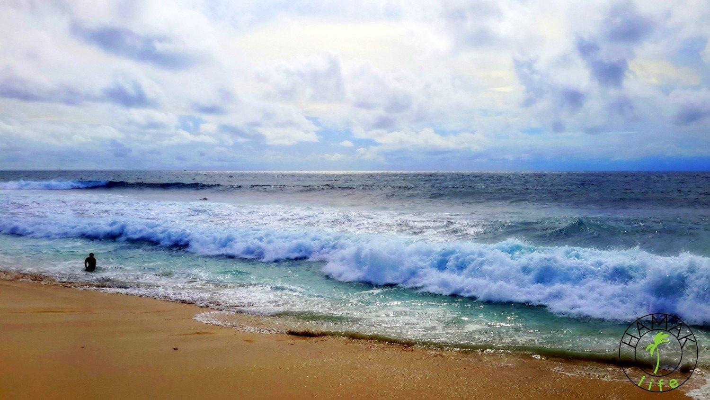 Plaża Balangan Beach na Bali w czasie przypływu i dziewcznyna widmo.