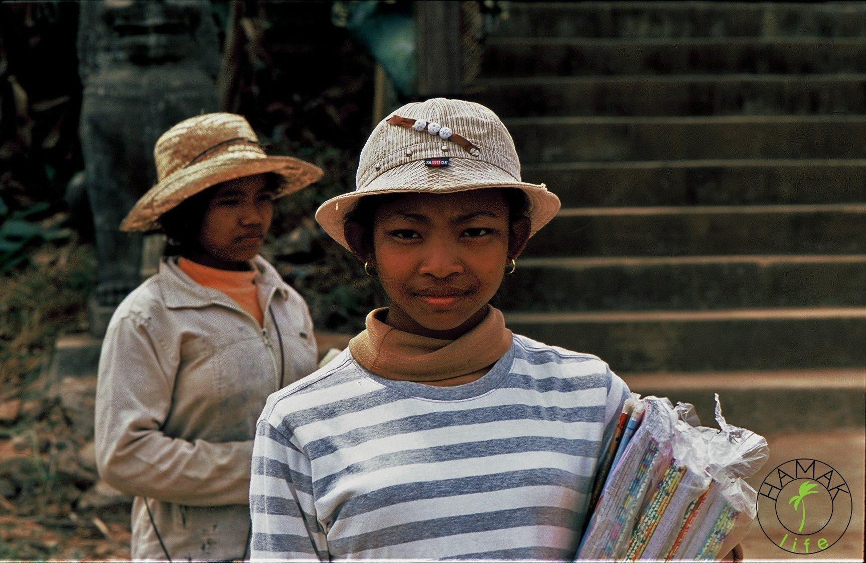Dziewczynki w Kambodży sprzedają turystom zeszyty, zarabiając w ten sposób na podręczniki szkolne.