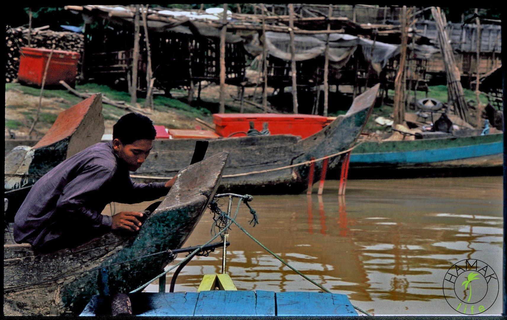 Chłopak na czółnie w Kambodży.