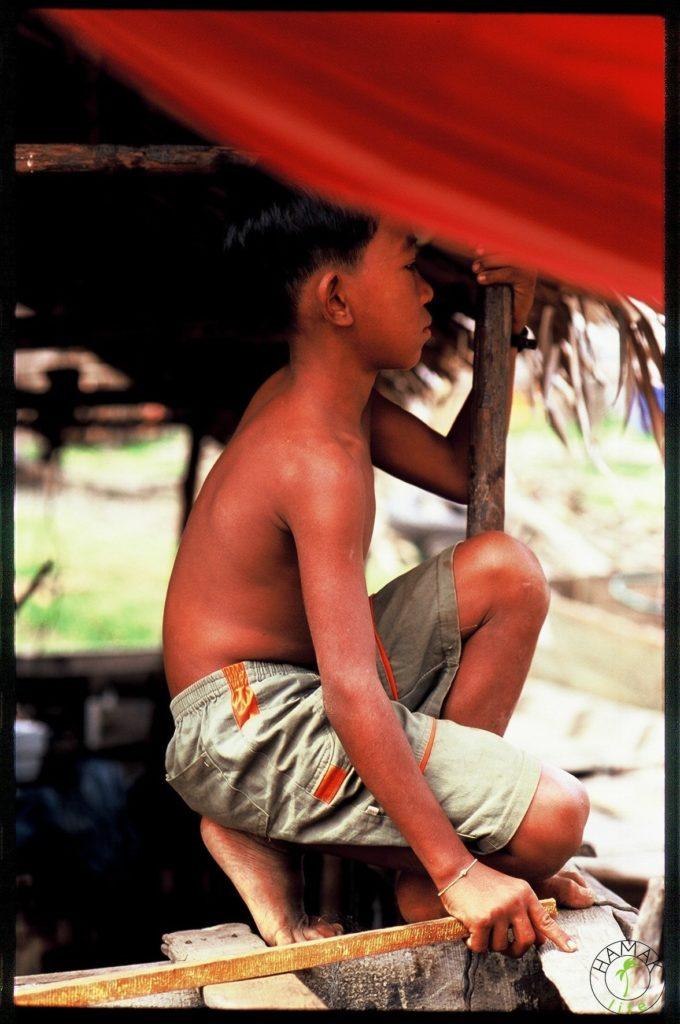 Chłopiec w Kambodży pilnuje krokodyli