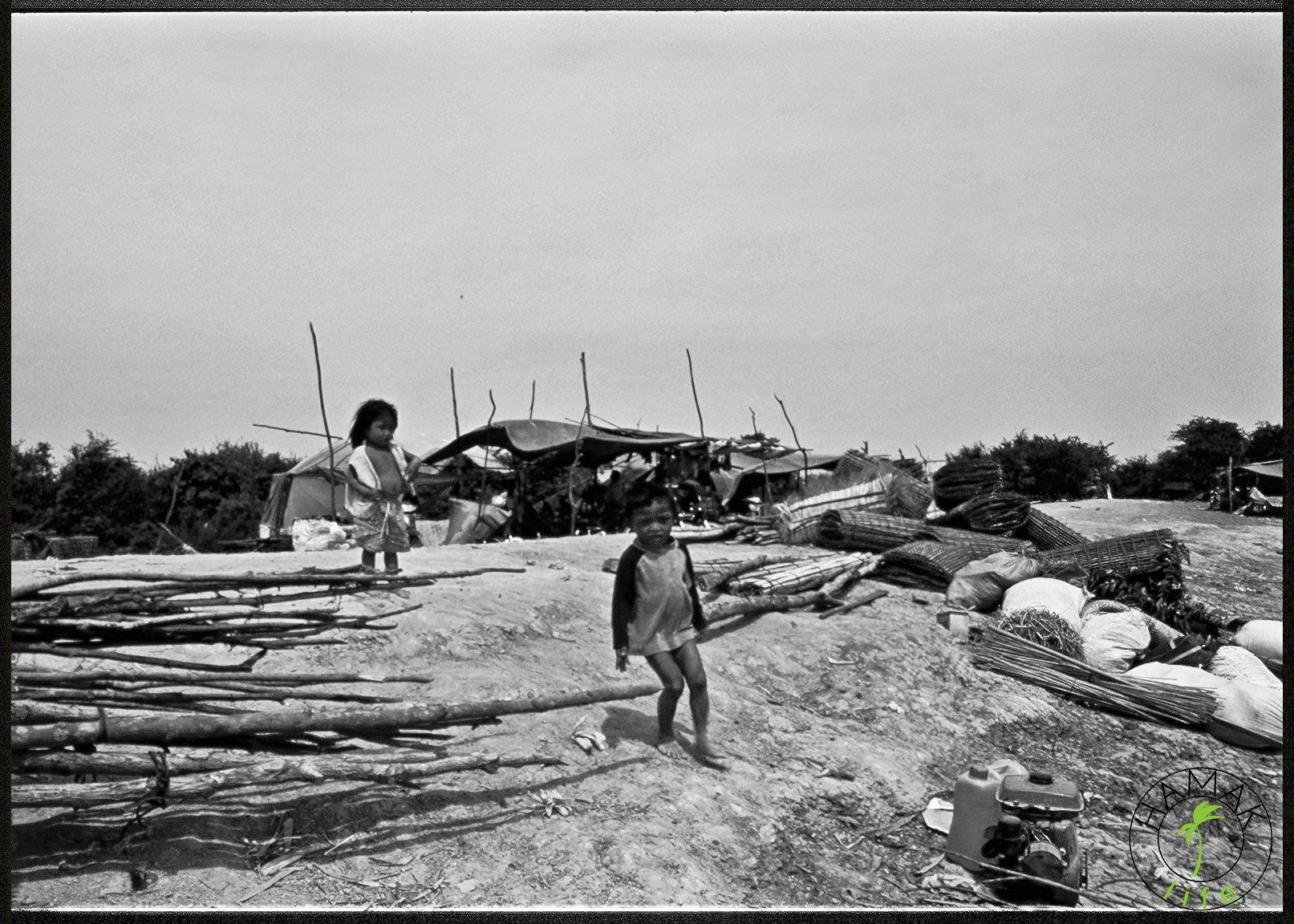 dzieci w porcie rzecznym w Kambodży