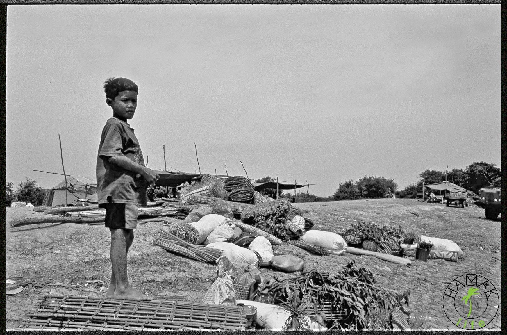 chłopiec w porcie rzecznym w Kambodży