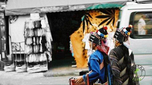 Kobiety w tradycyjnych strojach z Północy Tajlandii sprzedają lokalne wyroby na Khao San Road w Bangkoku.