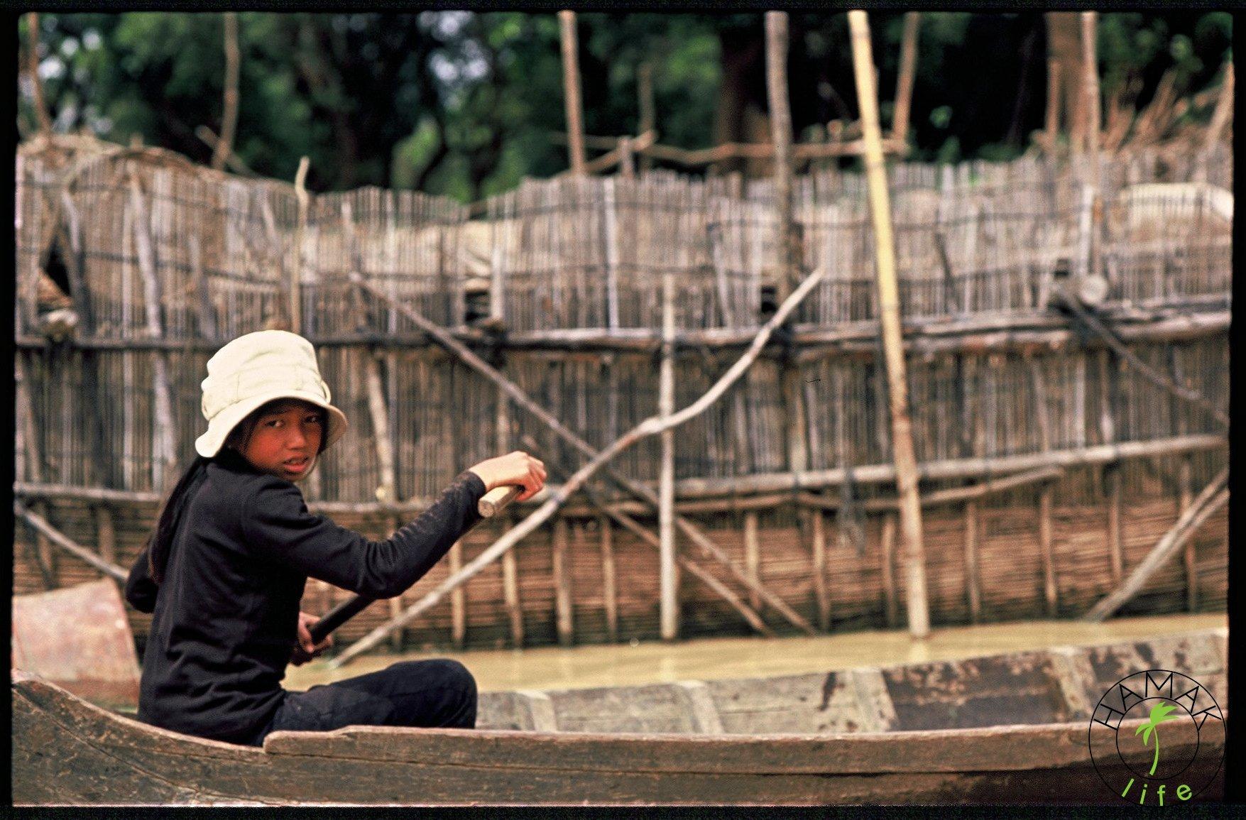 Dziewczynka na łodzi w Kambodży.