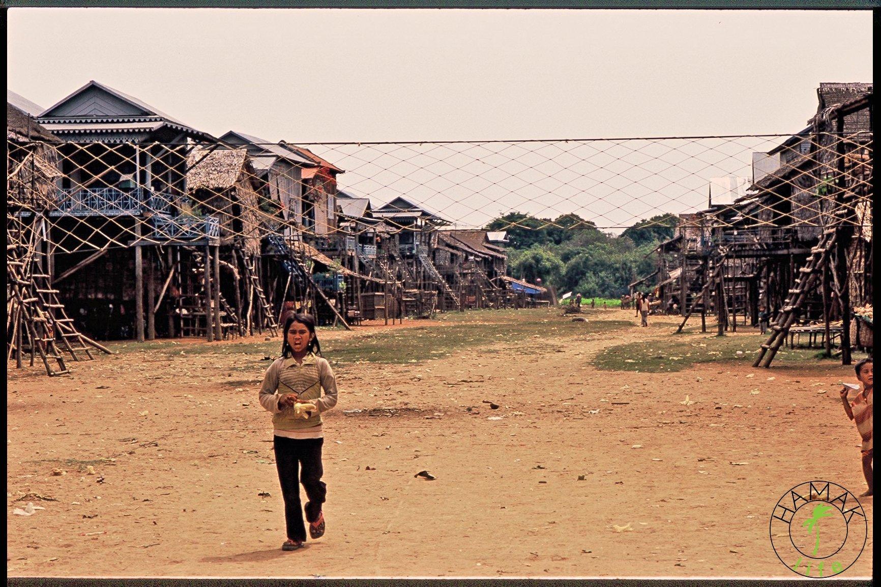 Dziewczynka na placu zabaw w Kambodży