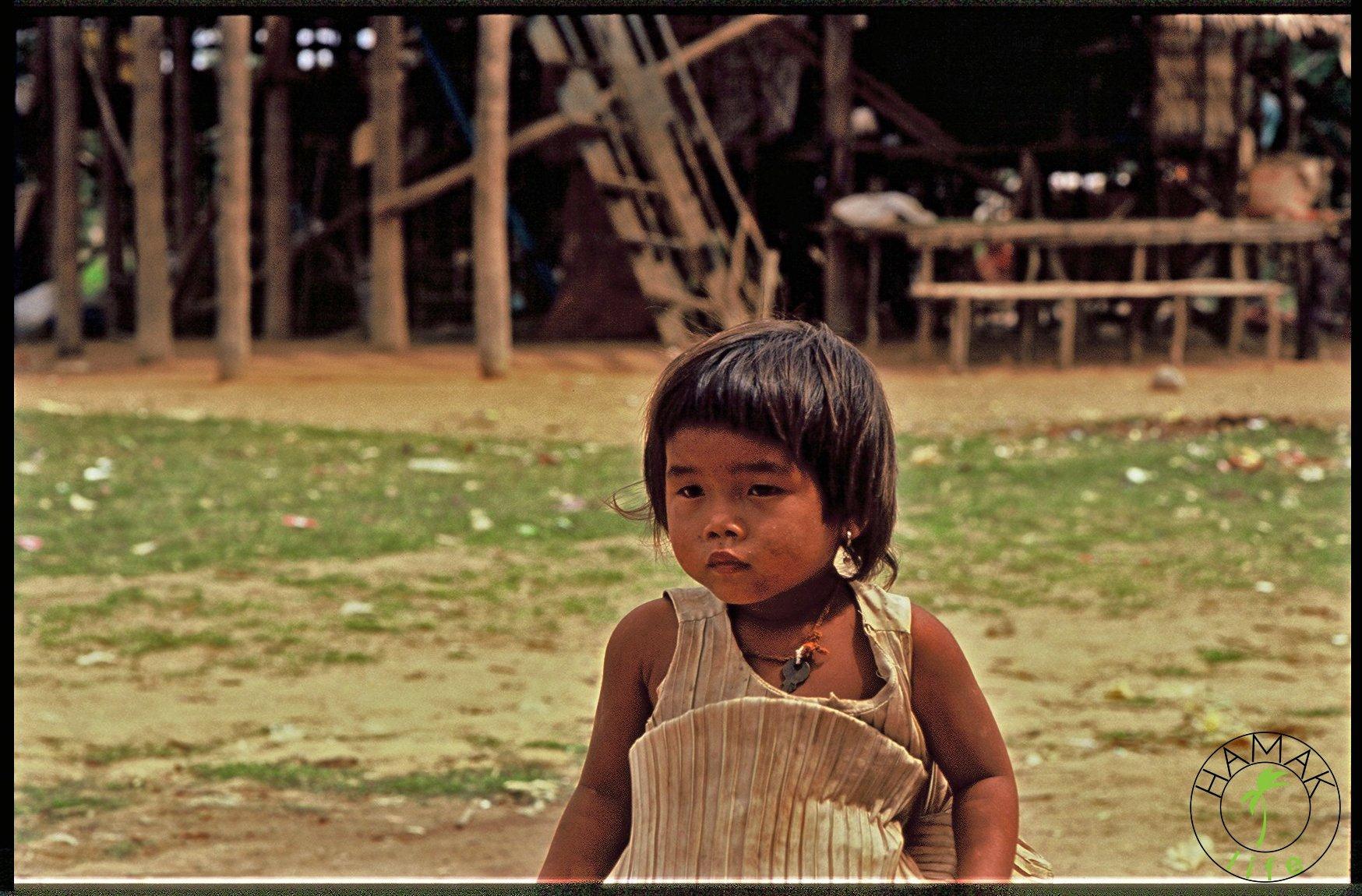 Dziewczynka z kluczem na szyi w wiosce w Kambodży