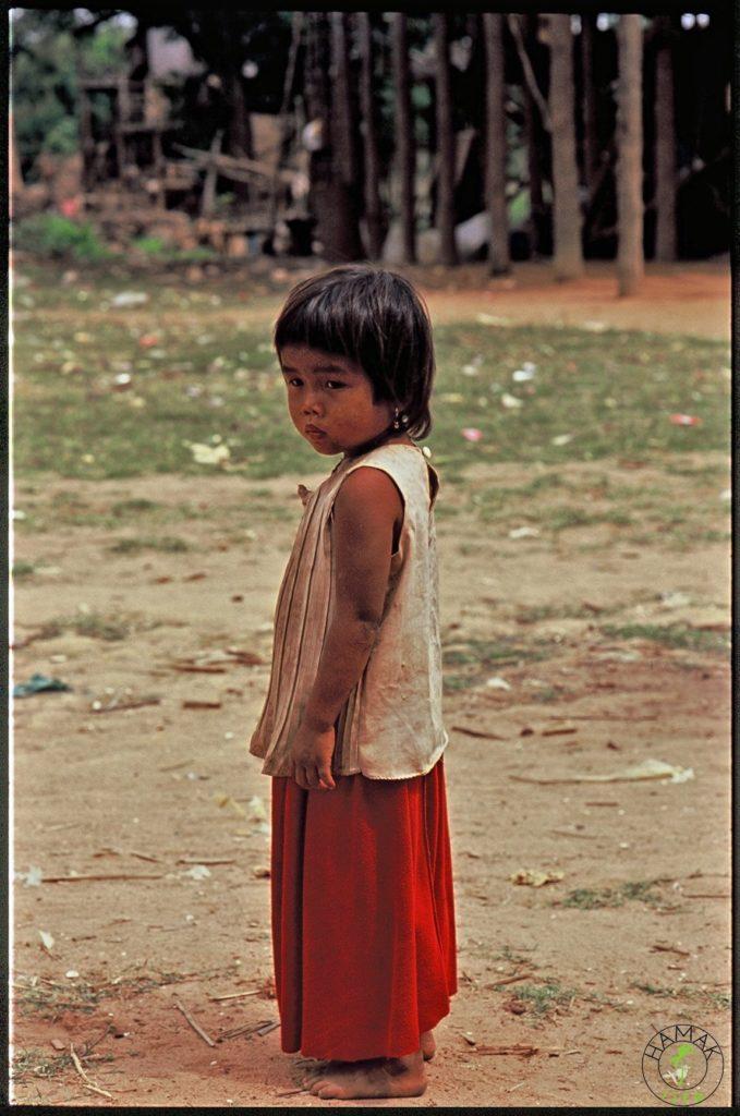 Dziewczynka w Kambodży. Portrety dzieci w wiosce w Kambodży.