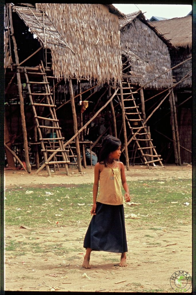 Dziewczynka w wiosce na palach w Kambodży