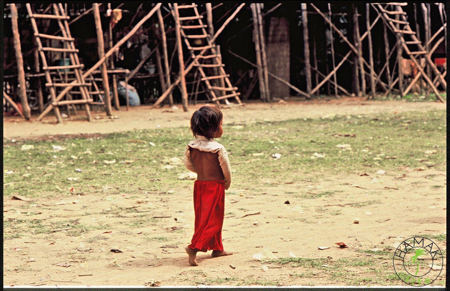 Mała dziewczynka w wiosce na palach w Kambodży