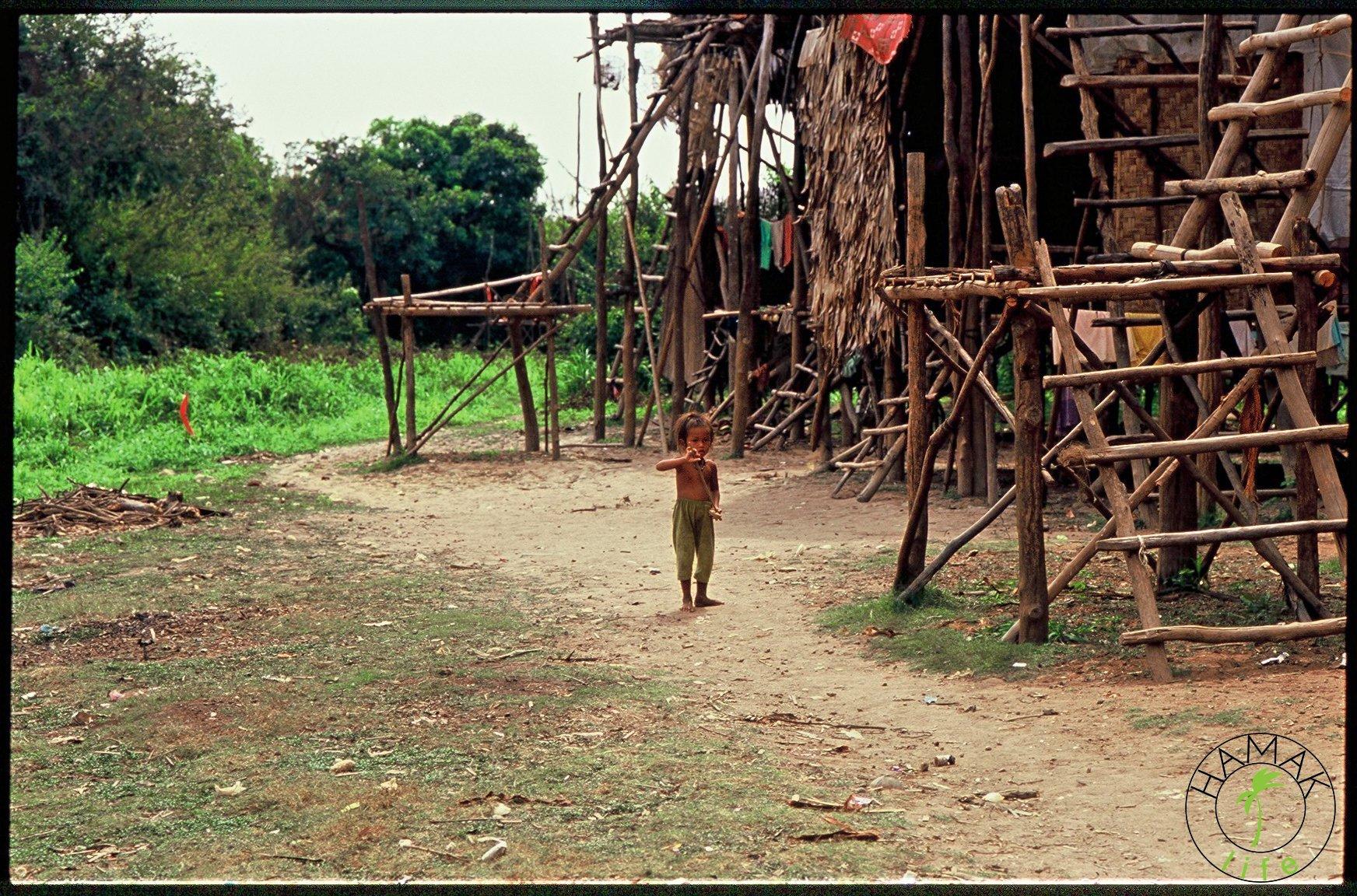 Dziewczynka w Kambodży w wiosce na palach.