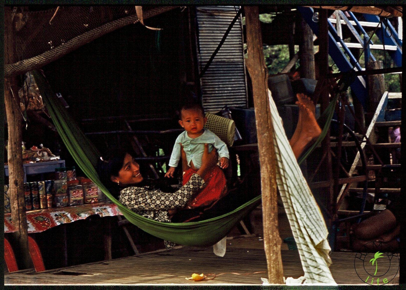 Mama z dzieckiem w hamaku w Kambodży