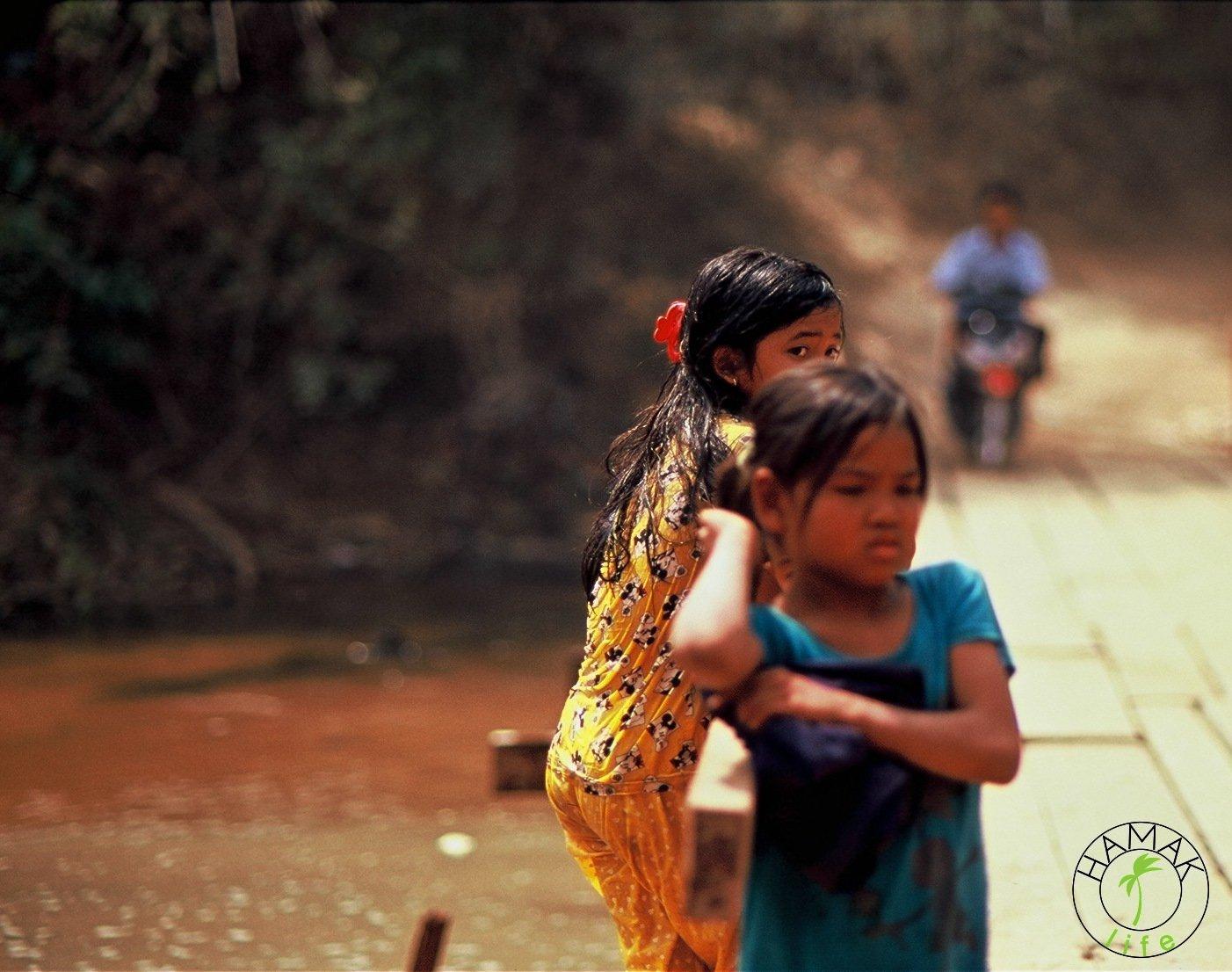 Dziewczynki nad rzeką w Kambodży. Zabawy kambodżańskich dzieci.