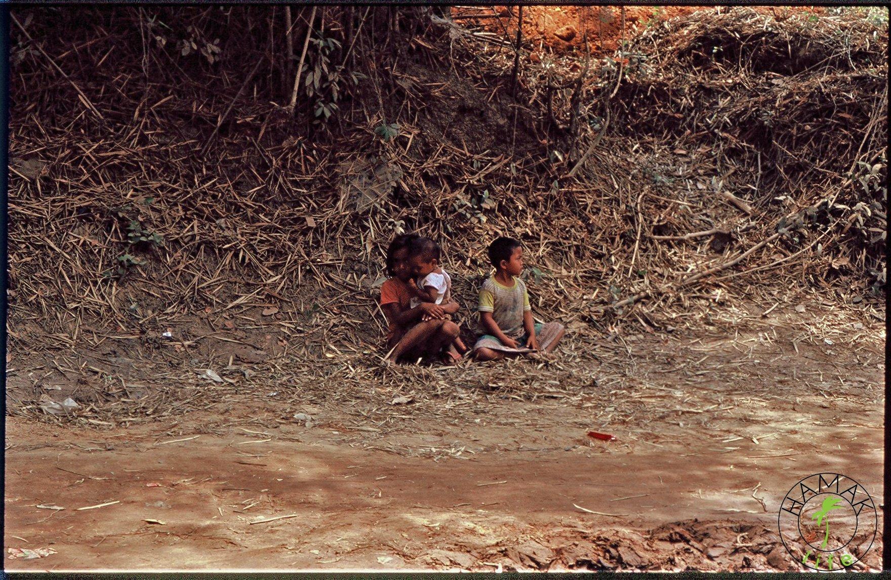 Kambodżańskie dzieci przy drodze.