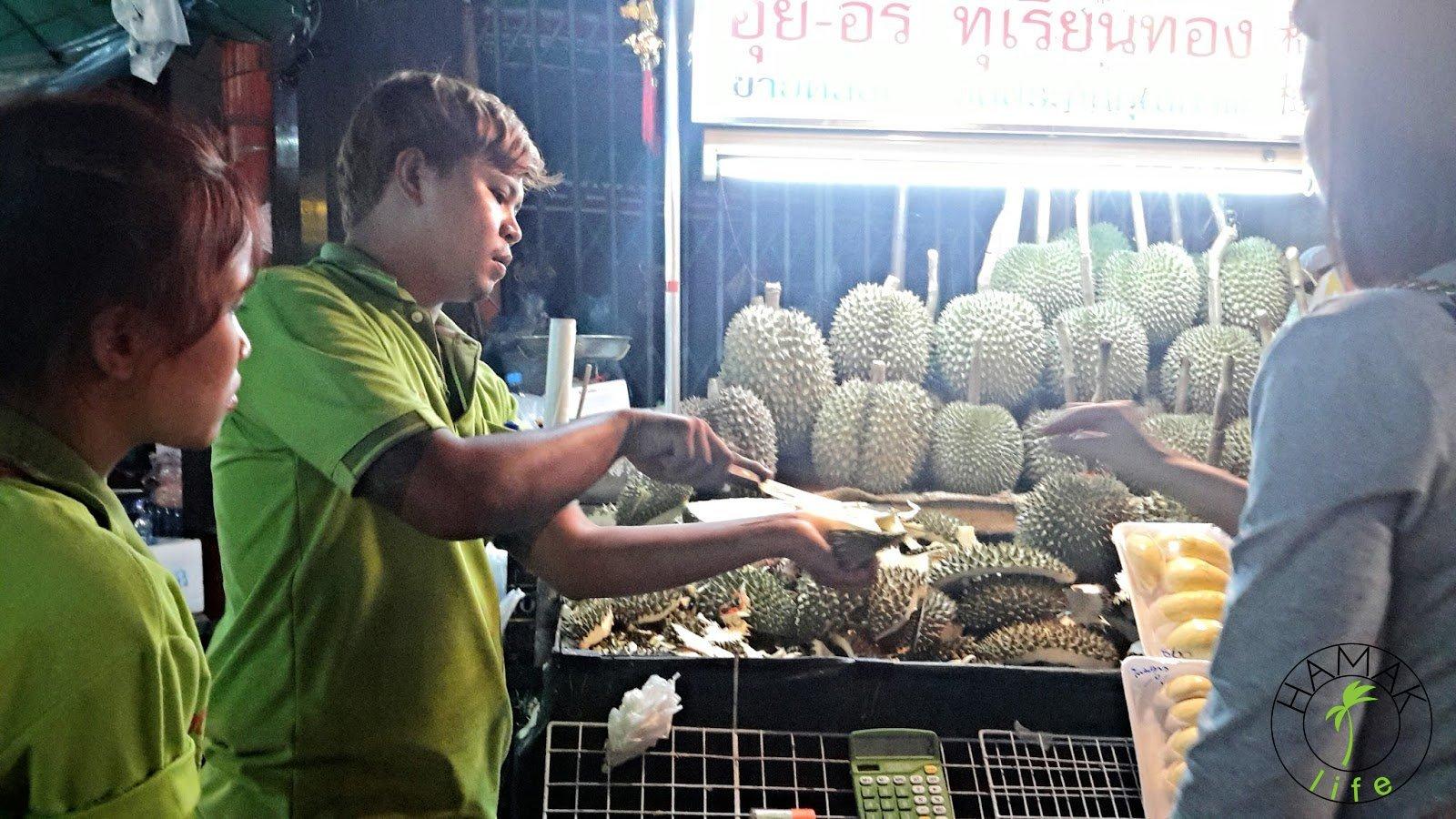 Durian krojony przez sprzedawcę na miejscu w Chinatown. Można spróbować, zanim zdecyduje się na zakup.