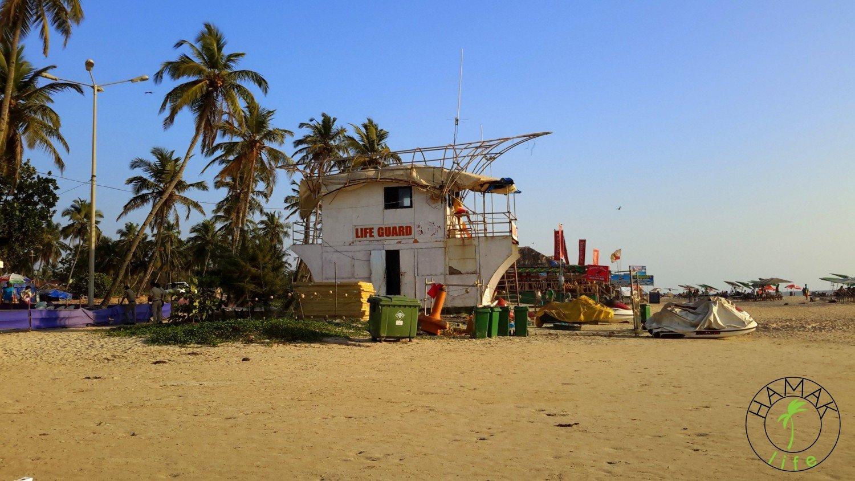 Zatłoczone plaże na północnym Goa i budka ratownika.