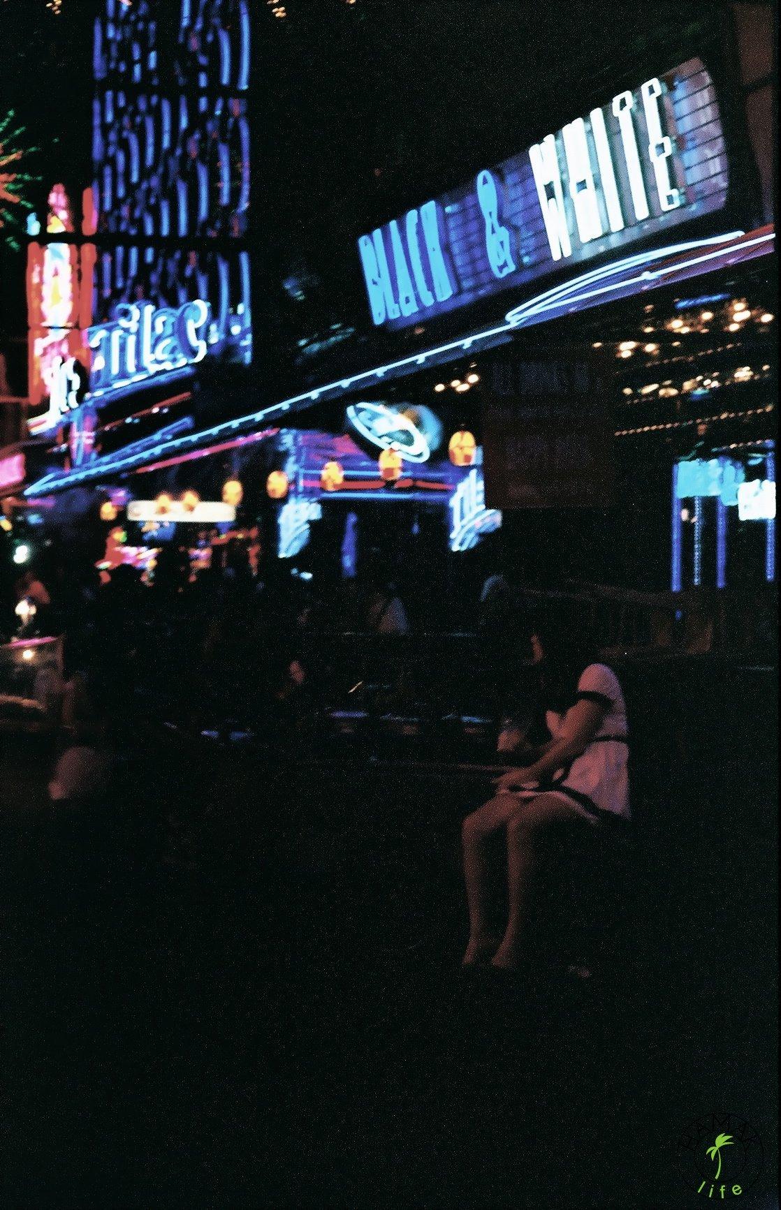Soi Cowboy w Bangkoku - dzielinica czerwonych latarni.