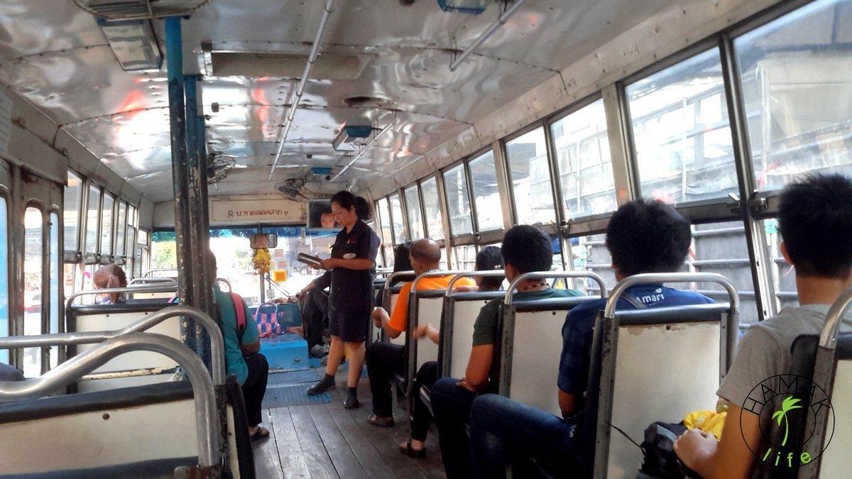 Austobus komunikacji miejskiej w Bangkoku. Sprzedaż biletów w autobusie w Bangkoku.