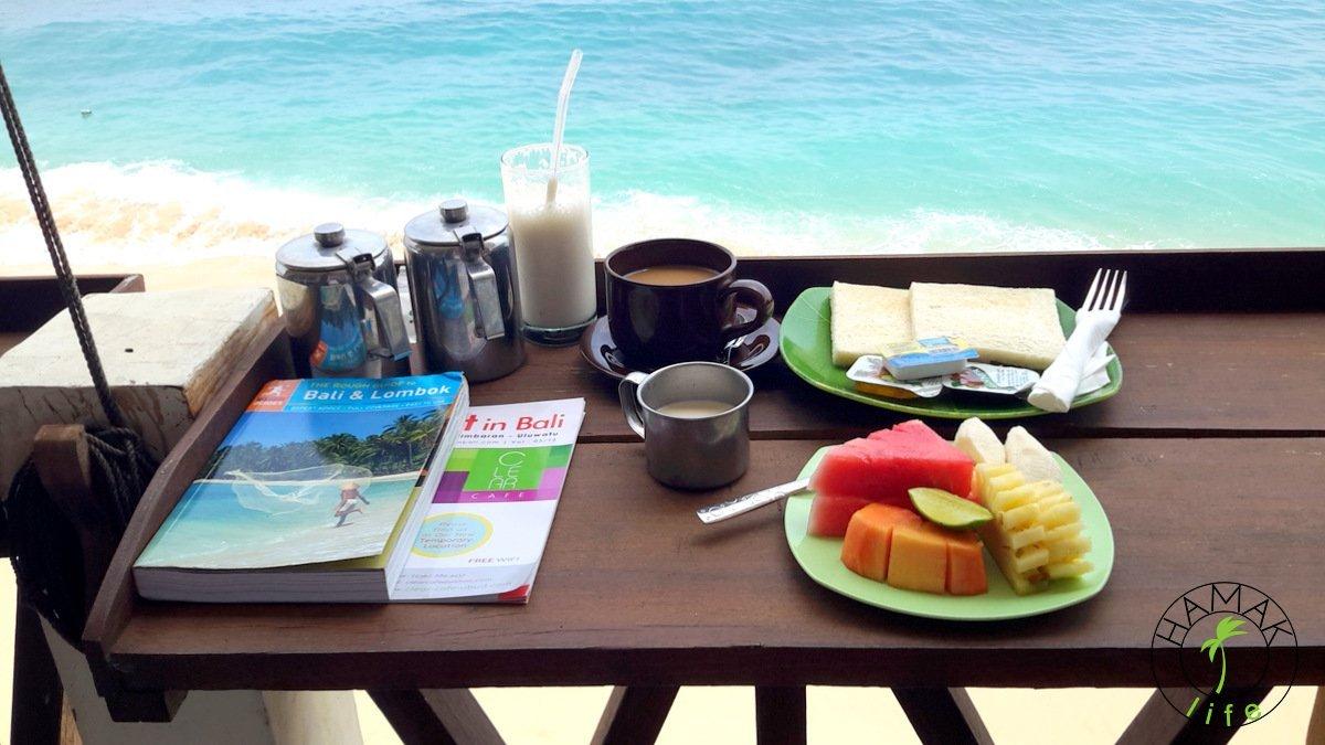 śniadanie z widokiem na przypływ na Bali w Balangan Paradise Hostel