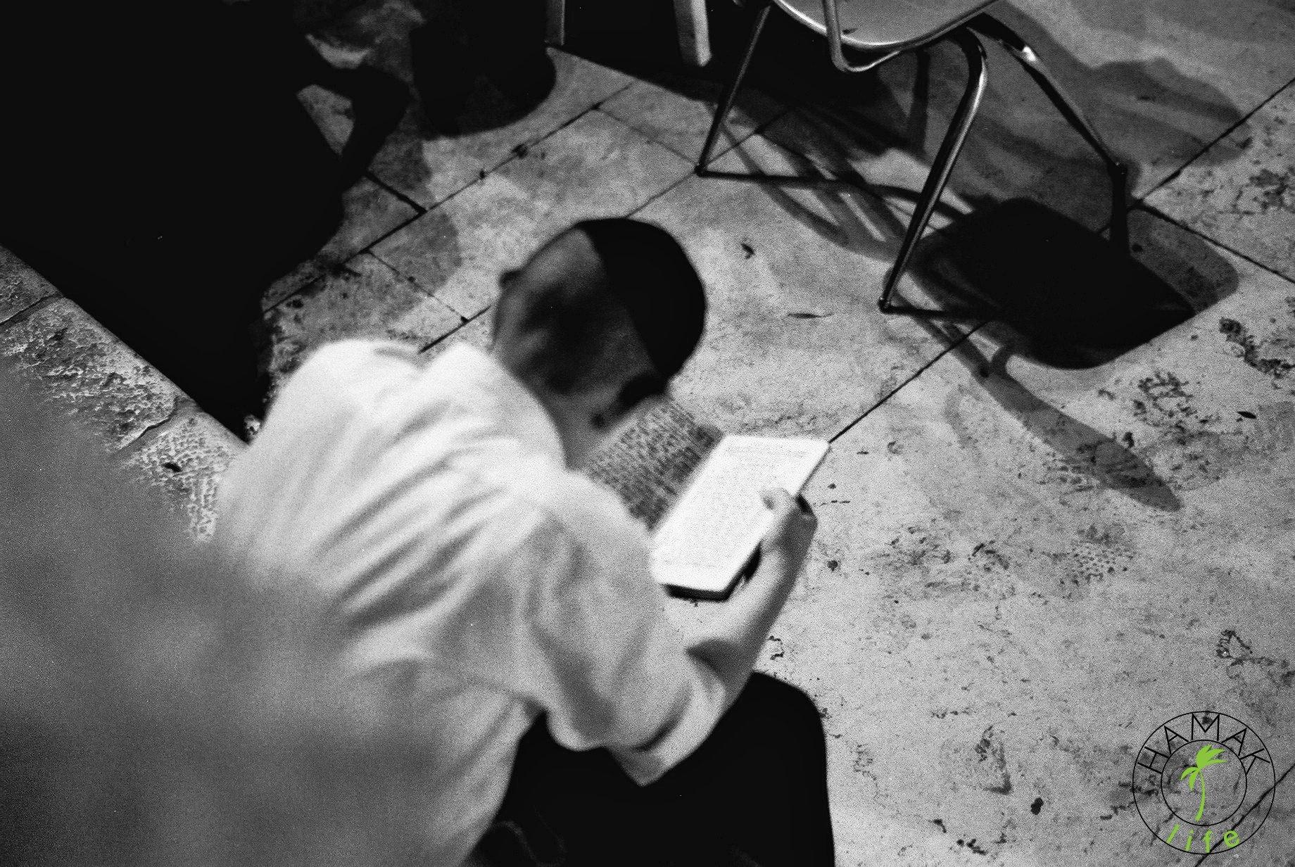 Jerozolima, chłopiec czyta biblię pod Ścianą Płaczu.