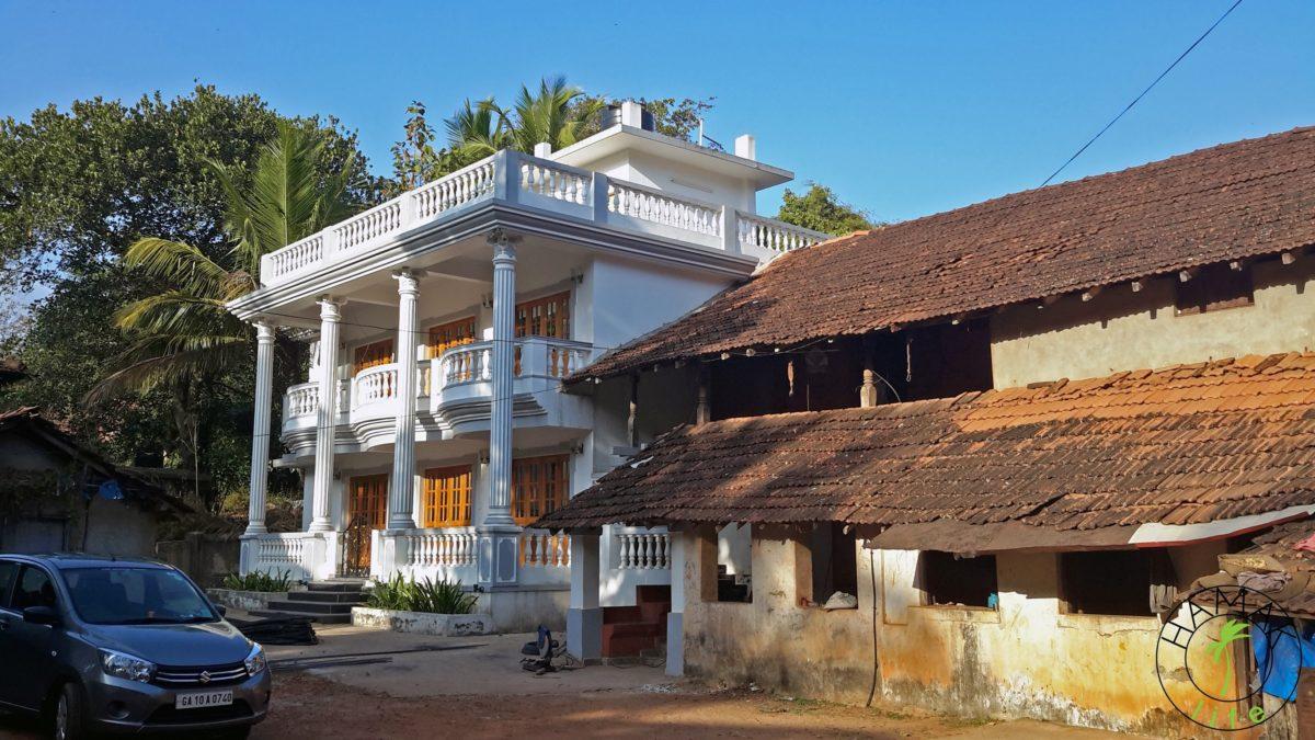 Zabudowania na Goa. Rudera obok luksusowej rezydencji.