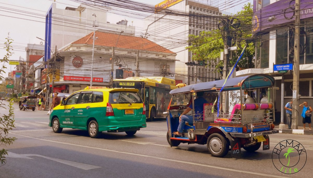 Ulica w Bangkoku. Tajska taksówka i tuk tuk.
