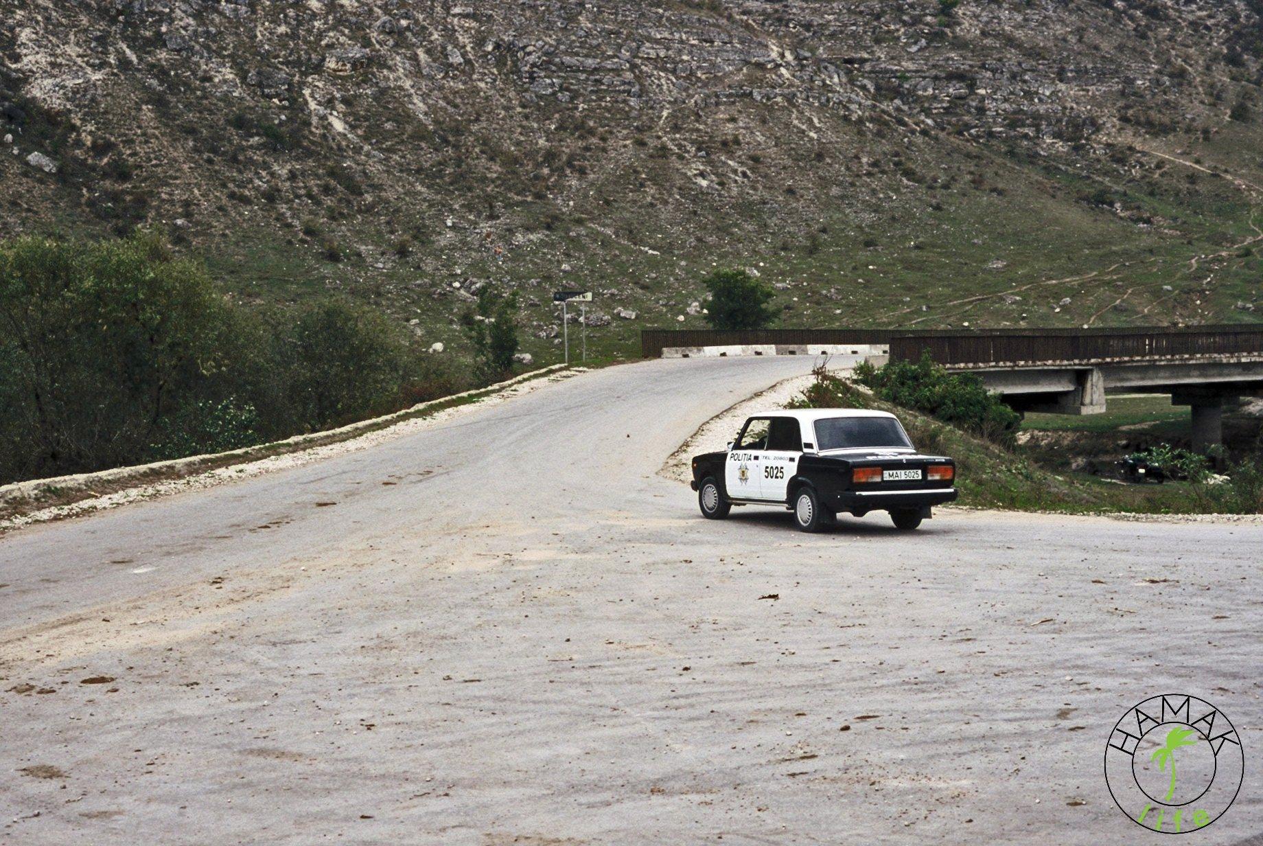Reportaż z wioski w Mołdawii. Odjeżdżający samochód policyjny.