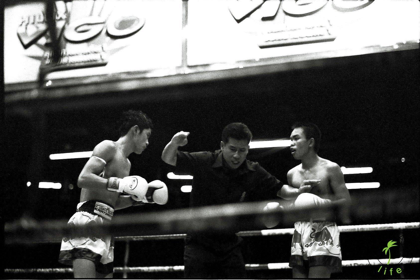 Walka muay thai w Bangkoku na Lumpini, klincz.