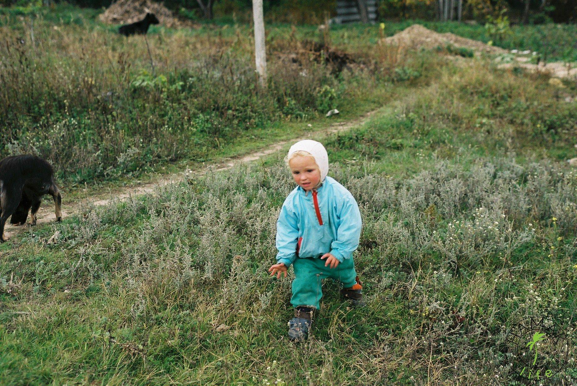 Reportaż z wioski w Mołdawii. Dziecko biegnie w kieunku czekolady.