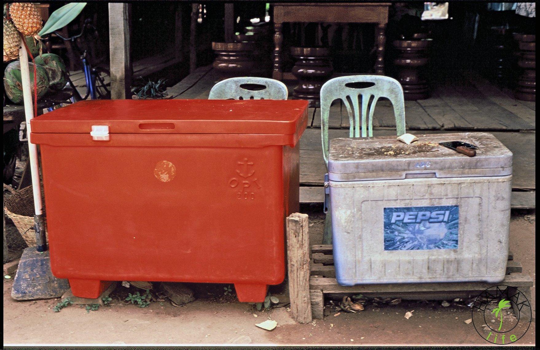 Przydrożny bar szybkiej obsługi w Kambodży.