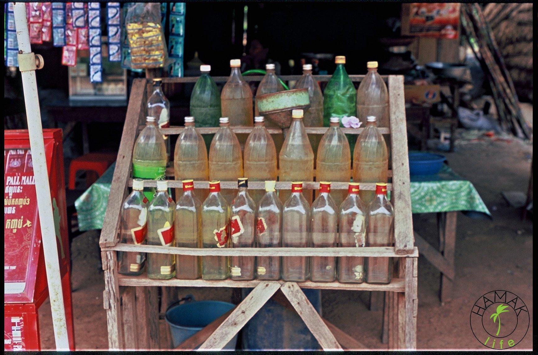 Butelki z benzyną w Kambodży. Przydrożna, lokalna stacja benzynowa.
