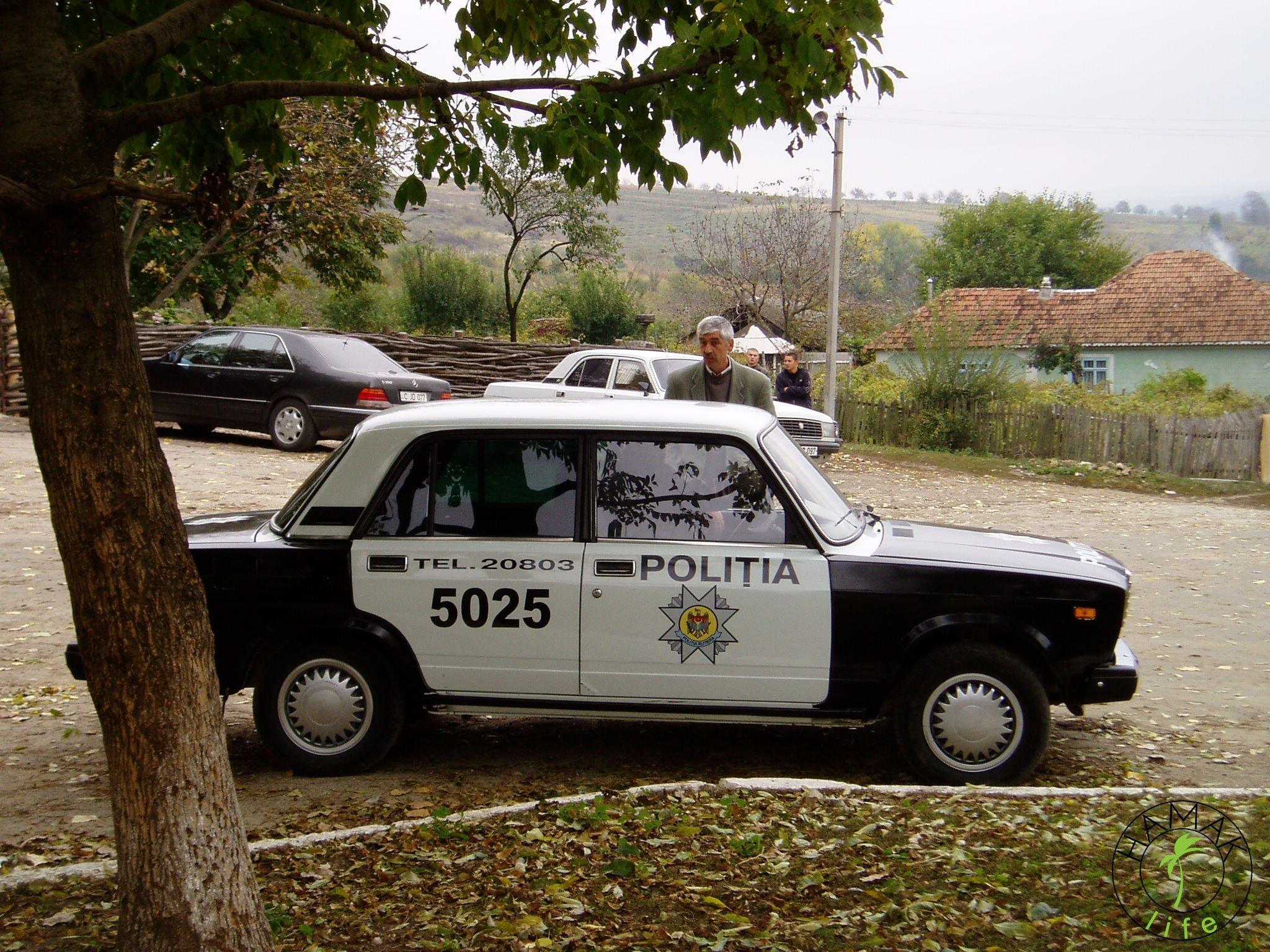 Reportaż z wioski w Mołdawii. Samochód policyjny.