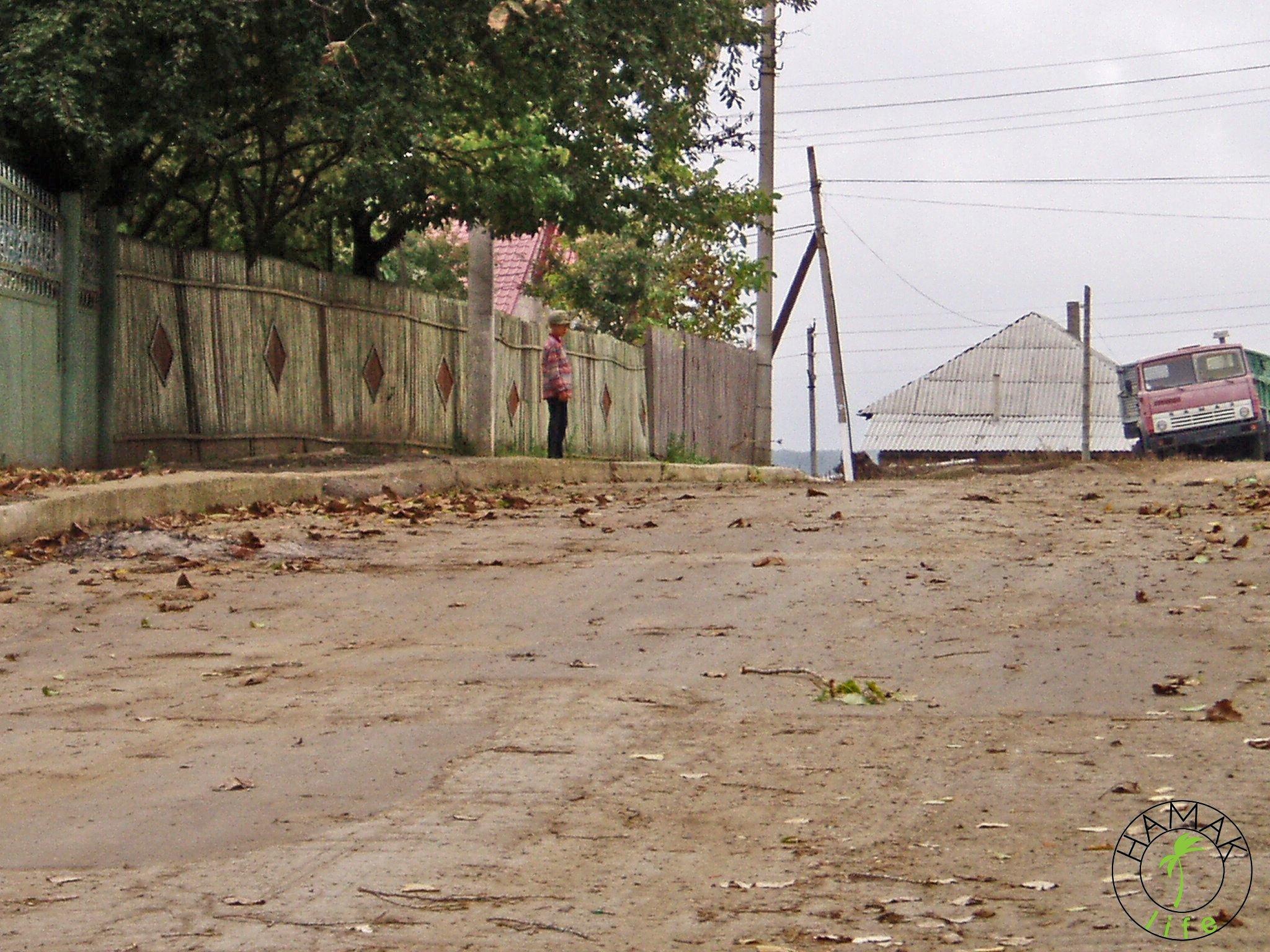 Reportaż z wioski w Mołdawii. Droga w wiosce.