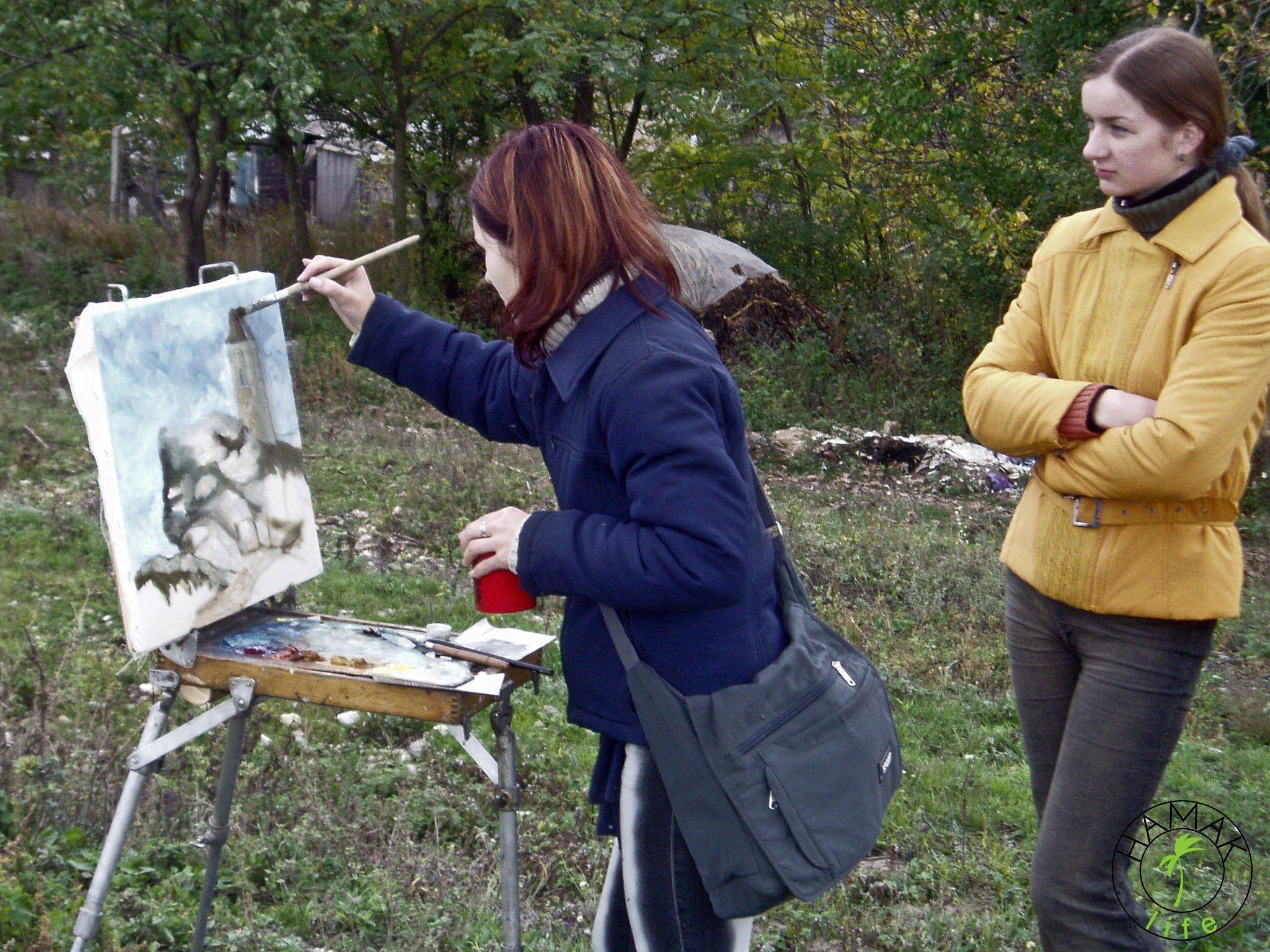 Reportaż z wioski w Mołdawii. Dziewczyny malują w plenerze.