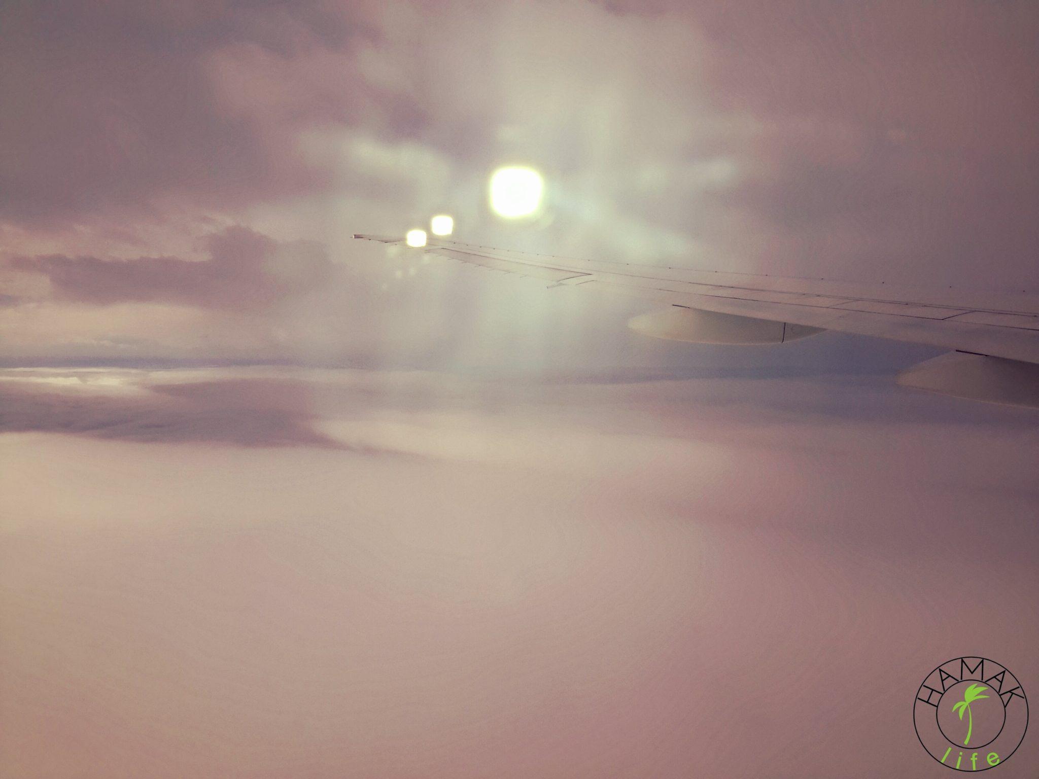 Widok z okna samolotu, który wzbija się nad Kuala Lumpur.