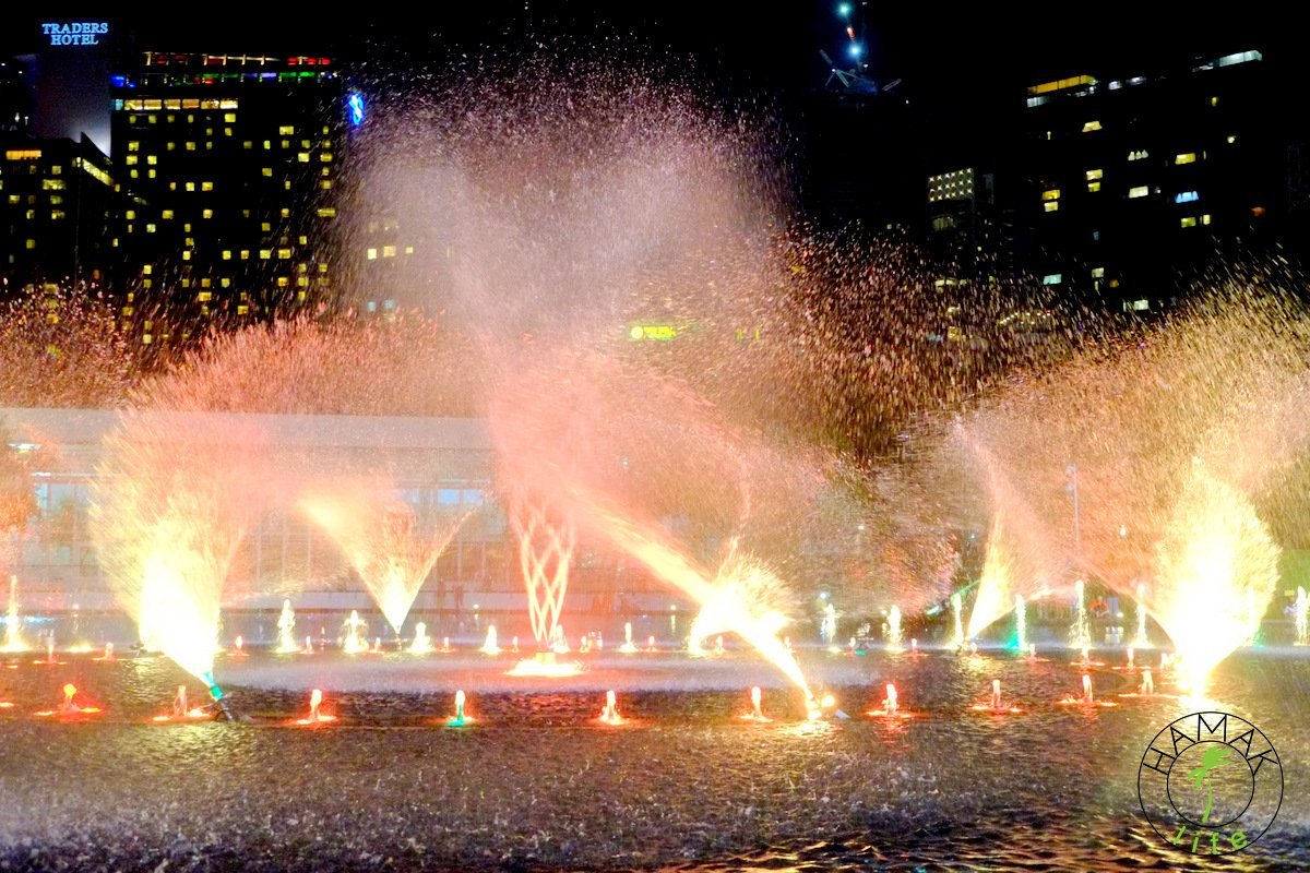 Sobotnią nocą pod wieżami Petronas w Kuala Lumpur odbywa się widowiskowy spektakl podświetlanych fontann tańczących w rytm muzyki.