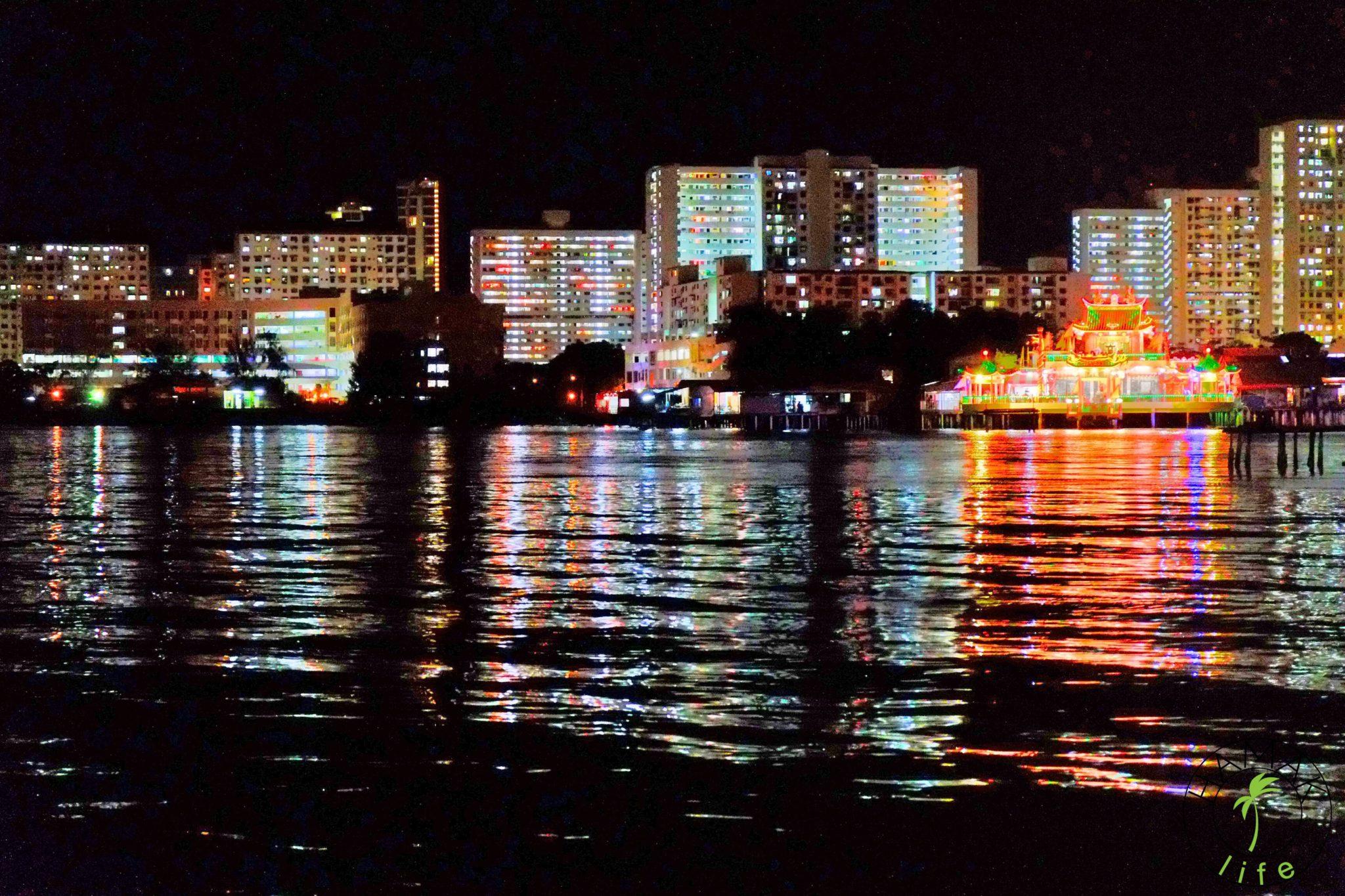 Widok z przystani Georgetown w Malezji nocą.