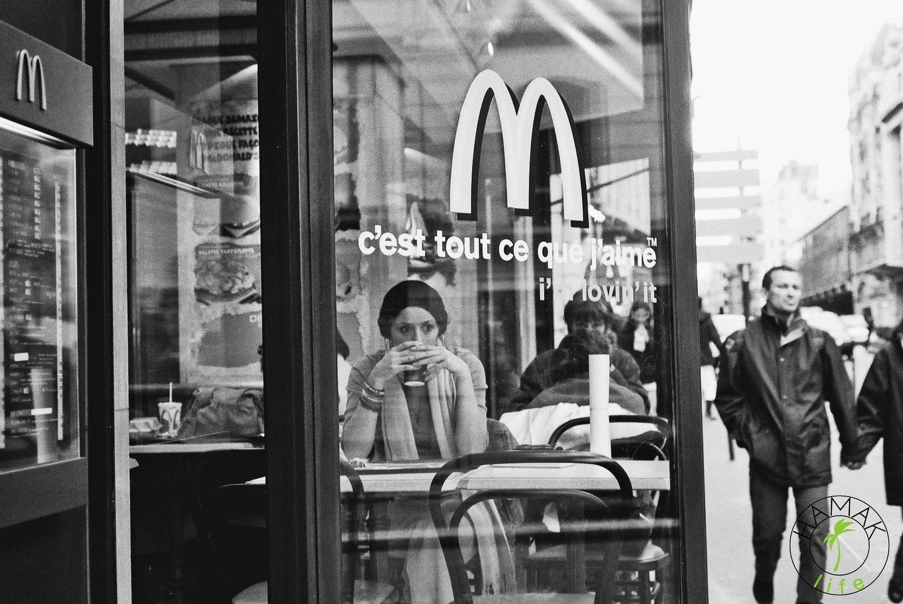 McDonald's w Paryżu. Film Modelka składa się prawie z takich kadrów.
