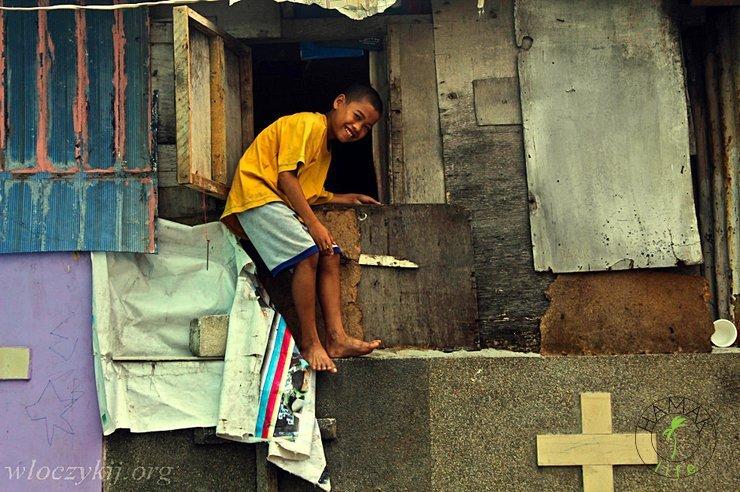 Fotografia Romana Husarskiego - uśmiechnięte oblicze slumsu w Manilii