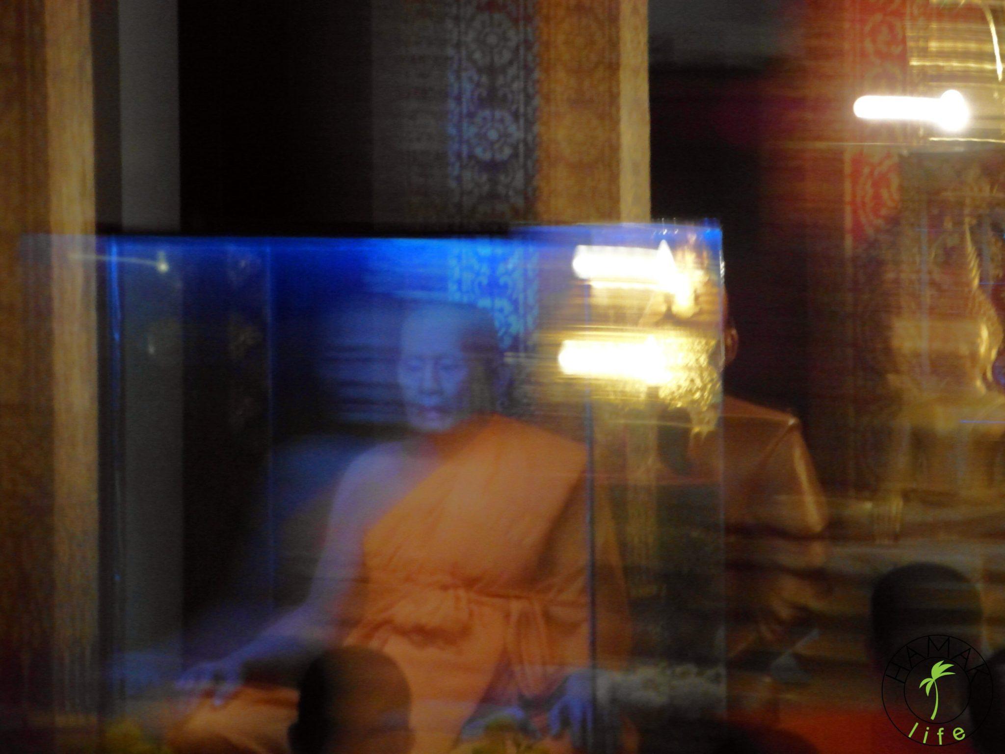 Figura woskowa albo mumia mnicha w świątyni w Luang Prabang w Laosie