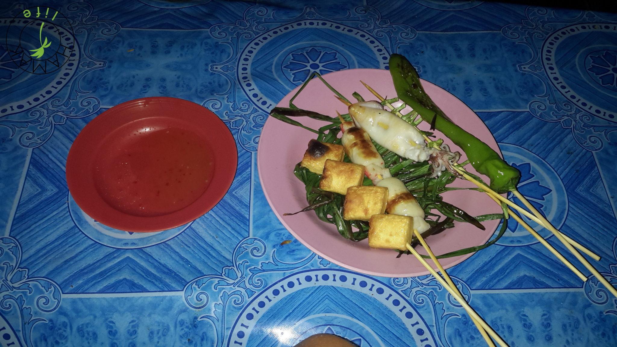 Danie za 10 tyś. kipiów w Laosie - grill lokalny