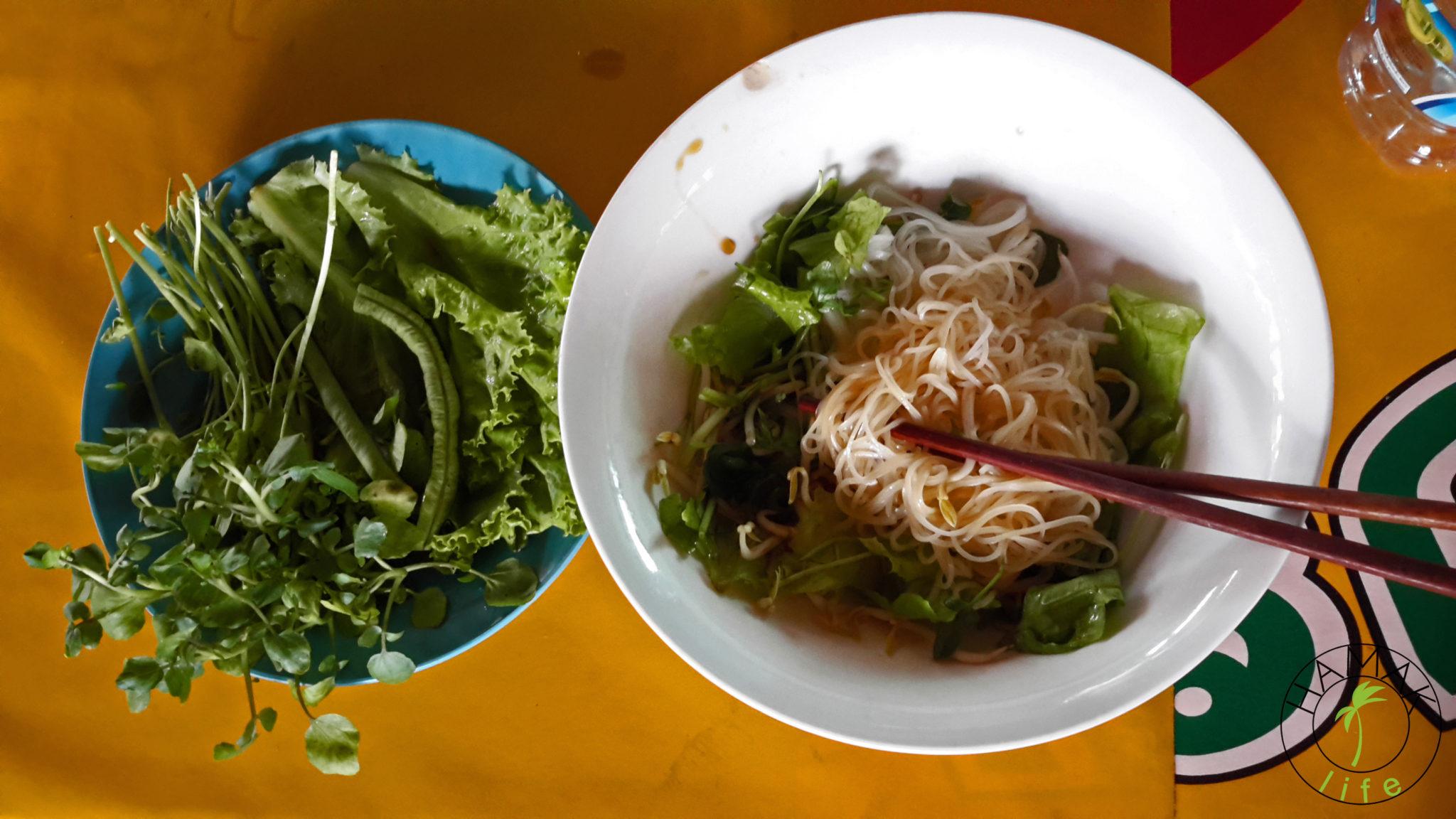 Jedzenie w Laosie podczas dłuższej podróży autobusem wliczone jest cenę biletu